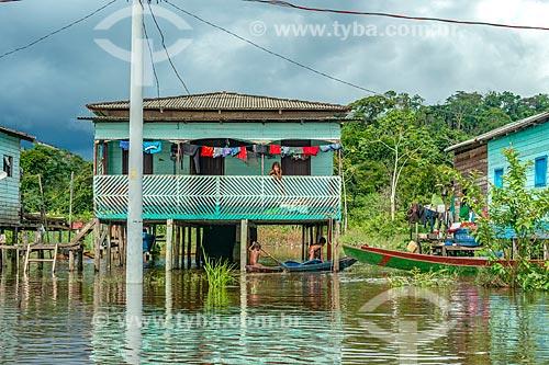 Palafita em comunidade ribeirinha às margens do Rio Jari  - Laranjal do Jari - Amapá (AP) - Brasil