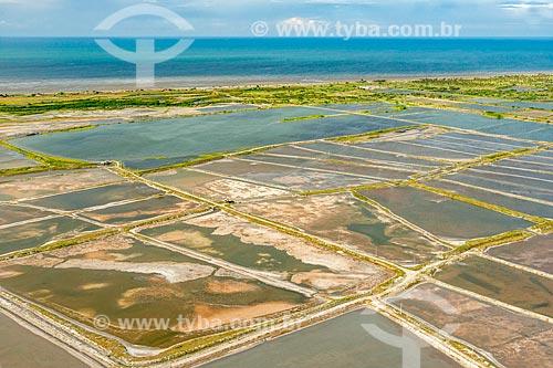 Foto feita com drone de tanques de evaporação de sal na orla da cidade de Icapuí  - Icapuí - Ceará (CE) - Brasil