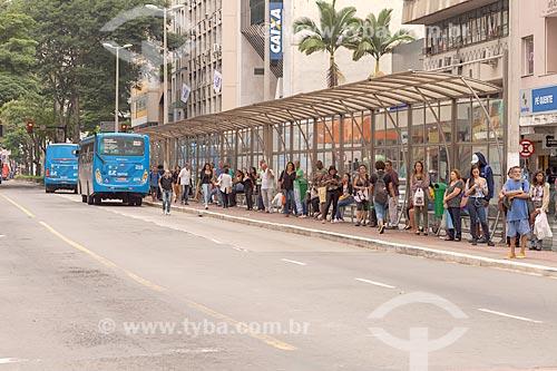 Ponto de ônibus na Avenida Rio Branco  - Juiz de Fora - Minas Gerais (MG) - Brasil