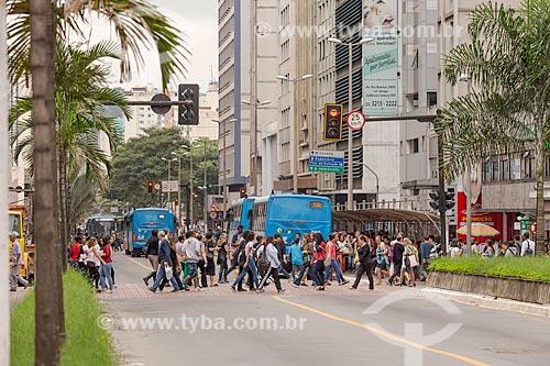 Pedestres atravessando na faixa de pedestre na Avenida Rio Branco  - Juiz de Fora - Minas Gerais (MG) - Brasil