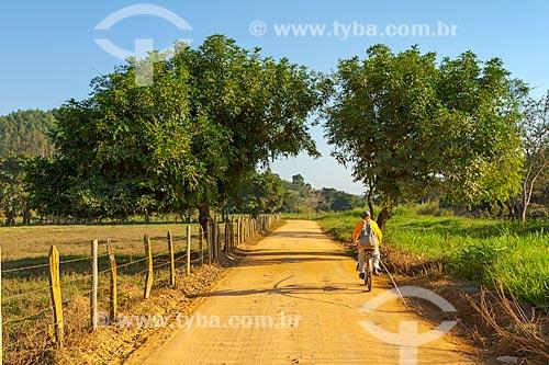 Crianças andando de bicicleta em estrada de terra na zona rural da cidade de Guarani  - Guarani - Minas Gerais (MG) - Brasil