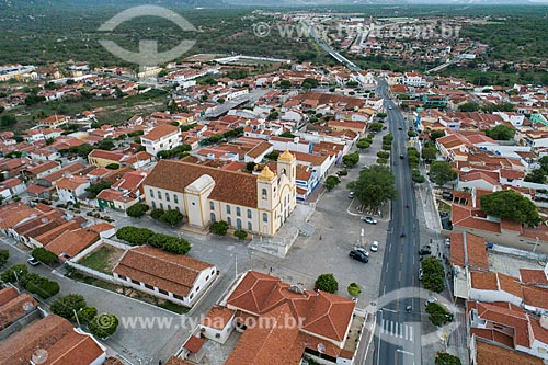 Foto feita com drone da Igreja Matriz de Nossa Senhora da Guia (1737) com trecho urbano da Rodovia BR-427  - Acari - Rio Grande do Norte (RN) - Brasil