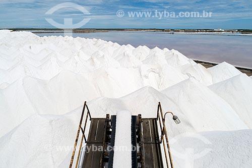 Foto feita com drone de extração de sal com esteira em tanques de evaporação  - Macau - Rio Grande do Norte (RN) - Brasil