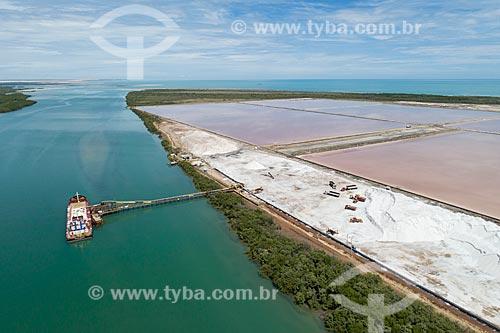 Foto feita com drone do carregamento de balsa com sal no Rio Piranhas-Açu  - Macau - Rio Grande do Norte (RN) - Brasil