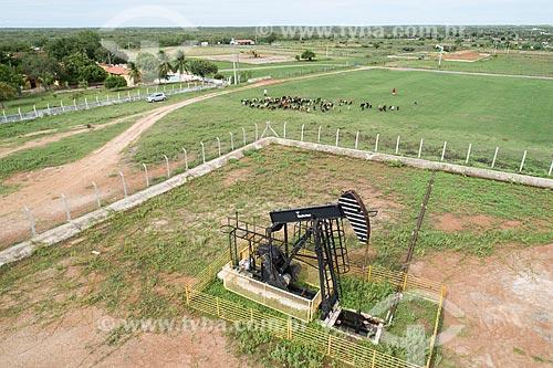 Foto feita com drone de bomba de vareta de sucção - também conhecida como Cavalo de pau - extraindo petróleo em fazenda  - Macau - Rio Grande do Norte (RN) - Brasil