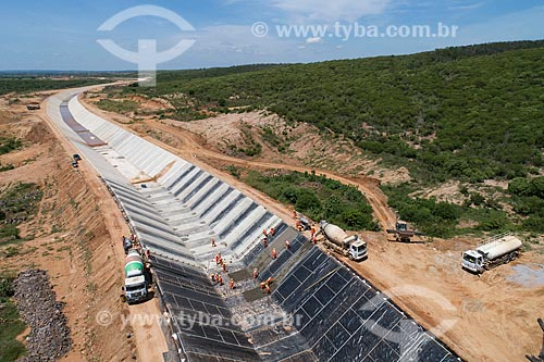 Foto feita com drone da concretagem do canal do Projeto de Integração do Rio São Francisco com as bacias hidrográficas do Nordeste Setentrional - eixo norte  - Jati - Ceará (CE) - Brasil