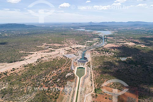 Foto feita com drone do canal do Projeto de Integração do Rio São Francisco - eixo norte - próximo à Estação de Bombeamento EBI 2 com o Reservatório Terra Nova ao fundo  - Salgueiro - Pernambuco (PE) - Brasil
