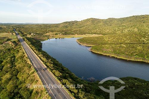 Foto feita com drone de trecho da Rodovia Santos Dumont (BR-116) ao lado de rio  - Barro - Ceará (CE) - Brasil