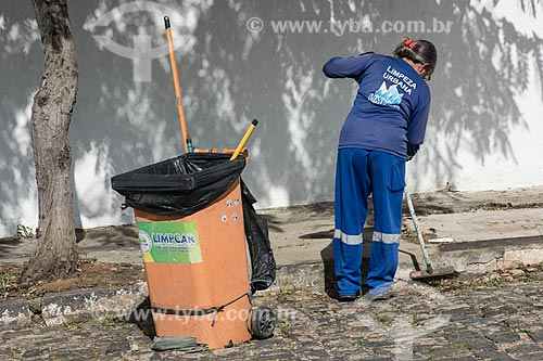 Gari varrendo o centro da cidade de Cajazeiras  - Cajazeiras - Paraíba (PB) - Brasil