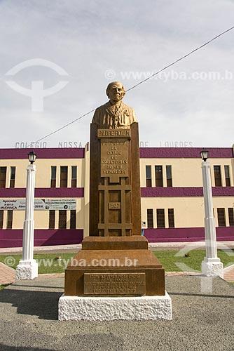 Busto de Padre Rolim - padre e fundador da cidade de Cajazeiras - com o Colégio e Igreja de Nossa Senhora de Lourdes ao fundo  - Cajazeiras - Paraíba (PB) - Brasil