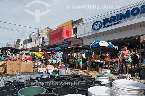 Feira livre na cidade de Cajazeiras com lojas ao fundo  - Cajazeiras - Paraíba (PB) - Brasil