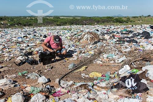 Homem procurando peças de eletrônicos em  lixão na cidade de Pombal  - Pombal - Paraíba (PB) - Brasil