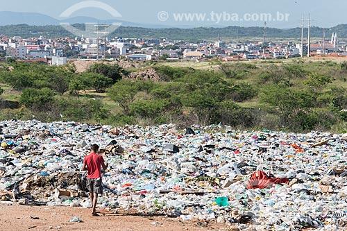 Homem recolhendo recicláveis no lixão da cidade de Pombal  - Pombal - Paraíba (PB) - Brasil