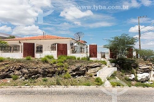 Casa construída sobre de formação rochosa  - Caicó - Rio Grande do Norte (RN) - Brasil