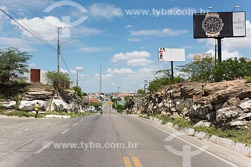 Formação rochosa cortada para passagem do trecho urbano da Rodovia BR-427  - Caicó - Rio Grande do Norte (RN) - Brasil