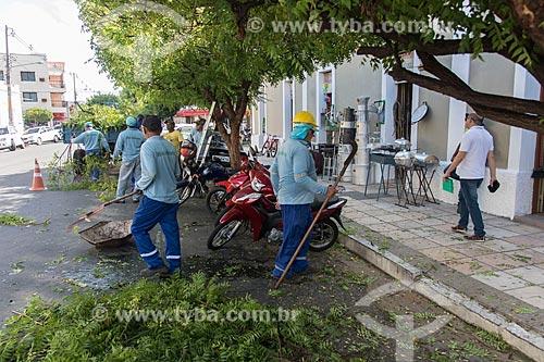 Funcionários da Prefeitura da podando arbusto  - Caicó - Rio Grande do Norte (RN) - Brasil