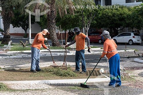 Garis varrendo o centro da cidade de Caicó  - Caicó - Rio Grande do Norte (RN) - Brasil