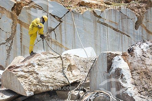 Trabalhador perfurando bloco de mármore para corte  - São José do Seridó - Rio Grande do Norte (RN) - Brasil