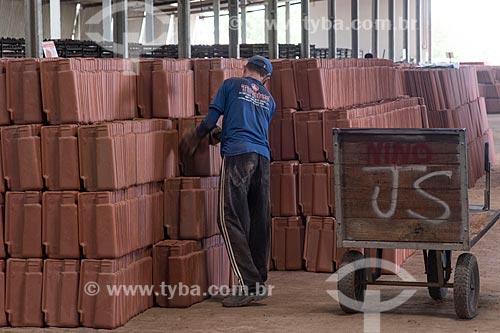 Funcionário carregando telhas em olaria sustentável  - Parelhas - Rio Grande do Norte (RN) - Brasil