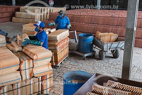 Funcionários hidratando cerâmica que saiu do forno em olaria sustentável  - Parelhas - Rio Grande do Norte (RN) - Brasil