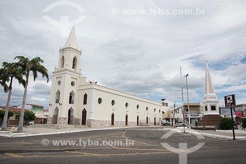 Fachada da Igreja de SantAna (1808) - à esquerda - com o Monumento a Ulisses Telêmaco (1928) na Praça Cristo Rei - à direita  - Currais Novos - Rio Grande do Norte (RN) - Brasil