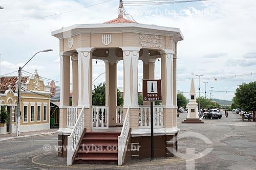 Coreto O Guarani na Rua Joventino da Silveira - também conhecido como Rua do Campo - com o Obelisco do Centenário de Currais Novos ao fundo  - Currais Novos - Rio Grande do Norte (RN) - Brasil