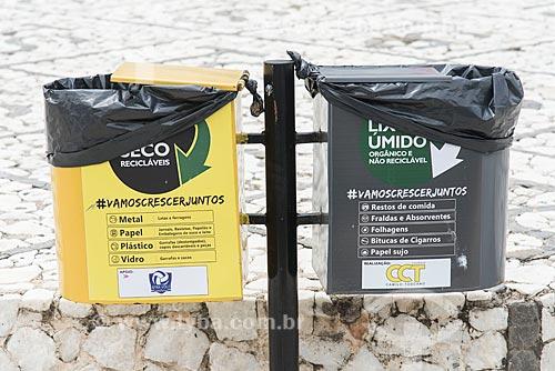Lixeiras com separação de lixo orgânico e reciclável  - Currais Novos - Rio Grande do Norte (RN) - Brasil
