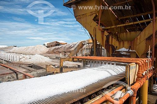 Lavagem do sal durante extração com esteira em tanques de evaporação  - Macau - Rio Grande do Norte (RN) - Brasil