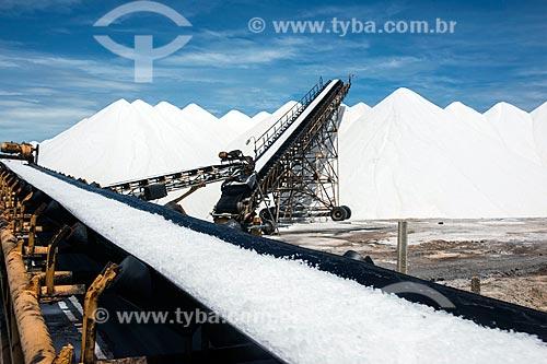 Extração de sal com esteira em tanques de evaporação  - Macau - Rio Grande do Norte (RN) - Brasil