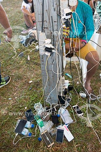 Telefones celulares recarregando em tomadas improvisadas durante o 15º Acampamento Terra Livre na Esplanada dos Ministérios  - Brasília - Distrito Federal (DF) - Brasil