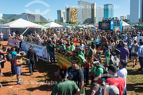 Manifestação contra a municipalização da saúde indígena e mudança da FUNAI para o Ministério da Agricultura durante o 15º Acampamento Terra Livre na Esplanada dos Ministérios  - Brasília - Distrito Federal (DF) - Brasil