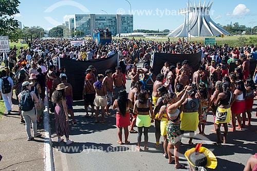Manifestação contra a municipalização da saúde indígena e mudança da FUNAI para o Ministério da Agricultura durante o 15º Acampamento Terra Livre com a Esplanada dos Ministérios ao fundo  - Brasília - Distrito Federal (DF) - Brasil