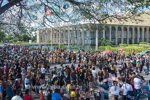 Manifestação contra a municipalização da saúde indígena e mudança da FUNAI para o Ministério da Agricultura durante o 15º Acampamento Terra Livre com o Palácio do Itamaraty  - Brasília - Distrito Federal (DF) - Brasil