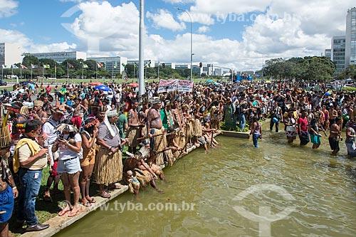 Manifestação contra a municipalização da saúde indígena e mudança da FUNAI para o Ministério da Agricultura durante o 15º Acampamento Terra Livre  - Brasília - Distrito Federal (DF) - Brasil