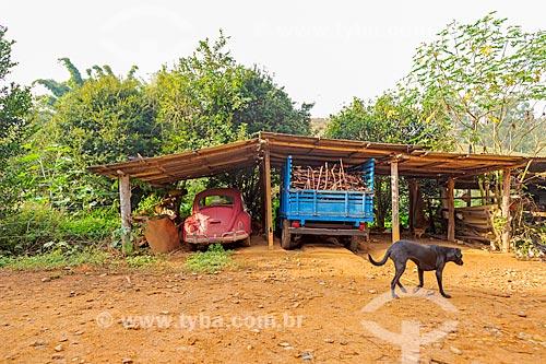 Fusca e caminhonete estacionados em fazenda na rural da cidade de Guarani  - Guarani - Minas Gerais (MG) - Brasil