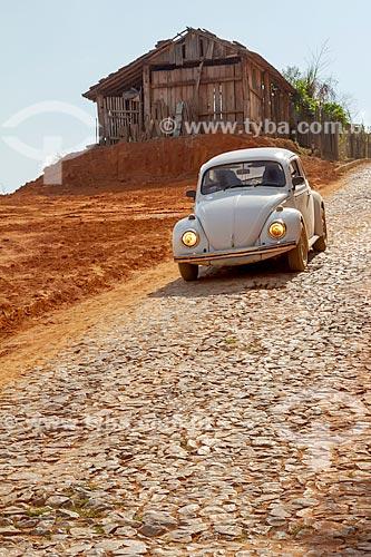 Fusca descendo ladeira com calçamento de pedra  - Guarani - Minas Gerais (MG) - Brasil