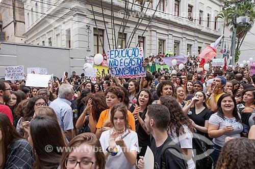 Manifestação contra os cortes (contingenciamento) de verbas para a educação universitária  - Juiz de Fora - Minas Gerais (MG) - Brasil