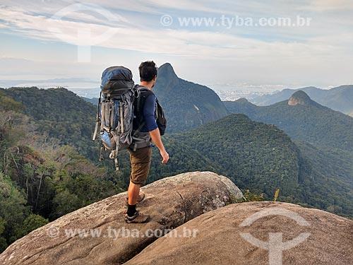 Homem observando a paisagem a partir do Bico do Papagaio no Parque Nacional da Tijuca  - Rio de Janeiro - Rio de Janeiro (RJ) - Brasil