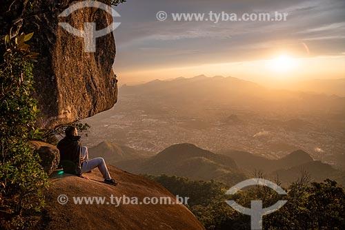 Homem observando a paisagem a partir do Bico do Papagaio no Parque Nacional da Tijuca durante o pôr do sol  - Rio de Janeiro - Rio de Janeiro (RJ) - Brasil