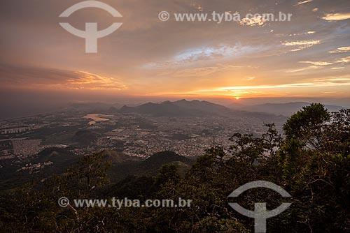 Vista do Parque Estadual da Pedra Branca a partir do Bico do Papagaio no Parque Nacional da Tijuca durante o pôr do sol  - Rio de Janeiro - Rio de Janeiro (RJ) - Brasil