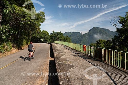 Ciclista no Mirante Bela Vista no Parque Nacional da Tijuca  - Rio de Janeiro - Rio de Janeiro (RJ) - Brasil