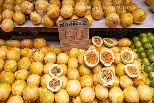 Detalhe de maracujá (Passiflora edulis) à venda na Feira livre da Praça Nicarágua  - Rio de Janeiro - Rio de Janeiro (RJ) - Brasil