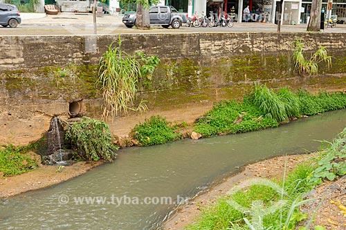 Canal poluído pelo despejo irregular de esgoto doméstico próximo à Avenida Comendador Jacinto Soares Souza Lima  - Ubá - Minas Gerais (MG) - Brasil