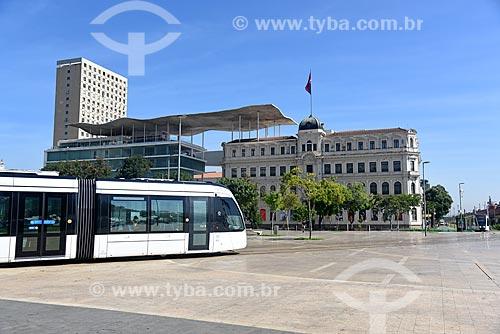 Veículo leve sobre trilhos transitando na Praça Mauá com o Museu de Arte do Rio (MAR) ao fundo  - Rio de Janeiro - Rio de Janeiro (RJ) - Brasil