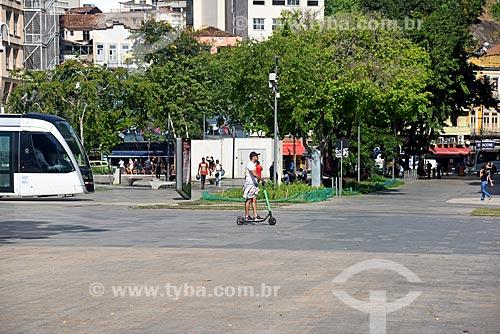 Homem andando de patinete elétrico para aluguel da Grin na Praça Mauá  - Rio de Janeiro - Rio de Janeiro (RJ) - Brasil