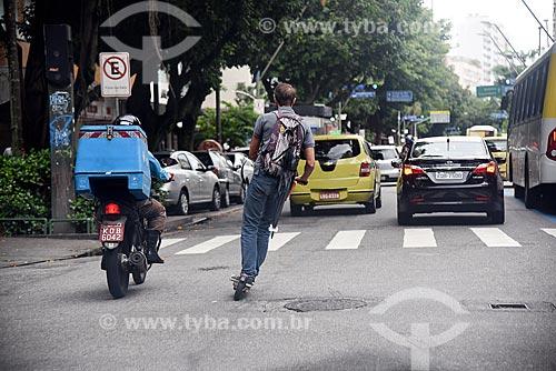 Homem andando de patinete elétrico para aluguel  - Rio de Janeiro - Rio de Janeiro (RJ) - Brasil