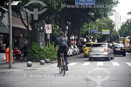 Homem andando de bicicleta pública - para aluguel - na Avenida Ataúfo de Paiva  - Rio de Janeiro - Rio de Janeiro (RJ) - Brasil