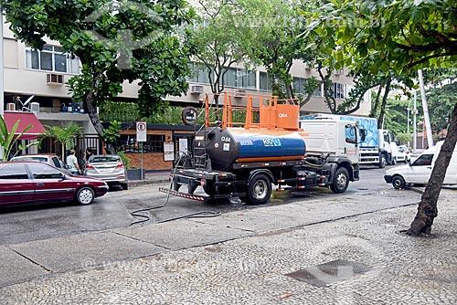 Caminhão da COMLURB lavando próximo à Praça General Osório  - Rio de Janeiro - Rio de Janeiro (RJ) - Brasil