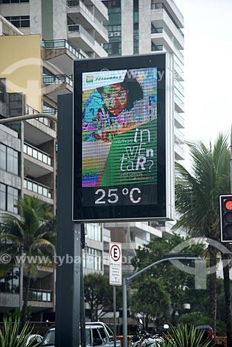 Detalhe de relógio de rua na orla da Praia de Ipanema exibindo a temperatura  - Rio de Janeiro - Rio de Janeiro (RJ) - Brasil