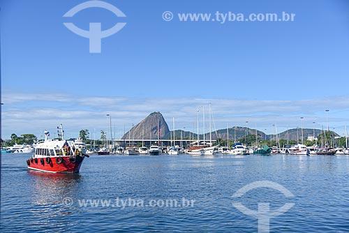 Rebocador próximo à Marina da Glória com o Pão de Açúcar ao fundo  - Rio de Janeiro - Rio de Janeiro (RJ) - Brasil